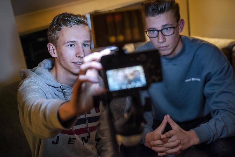 Max en Sten (16) starten Youtube-kanaal met eigen reportages bij verschillende beroepen [video]
