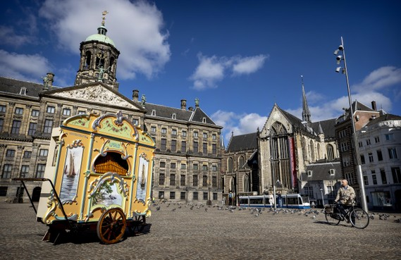 Beroemd orgeltje Het Snotneusje weer even op de Dam. 'Mijn opa kwam hier om het leven' [video]