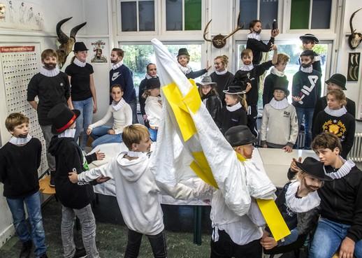 Leerlingen uit Overveen kruipen in de klassieker van het Frans Halsmuseum in Haarlem