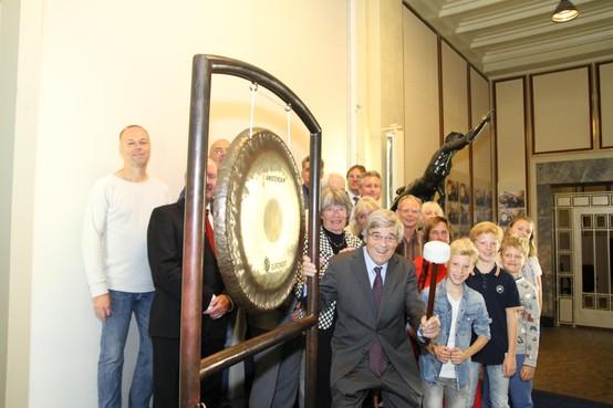 Aad van Hall luidt de gong in beursgebouw voor in oorlog doodgeschoten vader Walraven