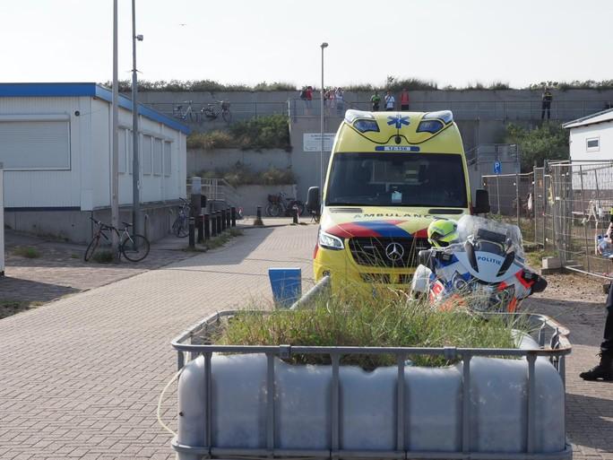 Handhavers mishandeld in IJmuiden aan Zee; beelden van mishandeling op social media te zien [video]
