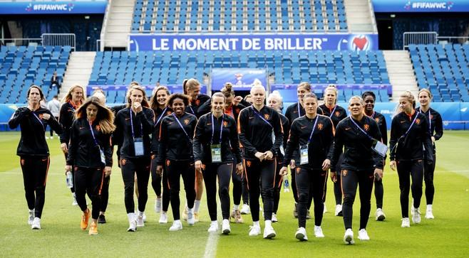 Voetbalsters beginnen met Van Es aan WK