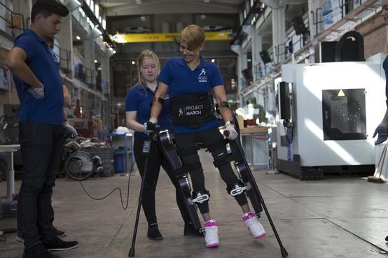 Studenten uit Haarlem en Bennebroek helpen verlamden met exoskelet weer op de been [video]