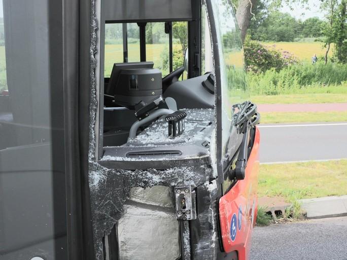 Lijnbus en bestelbus tegen elkaar gebotst in Santpoort-Noord