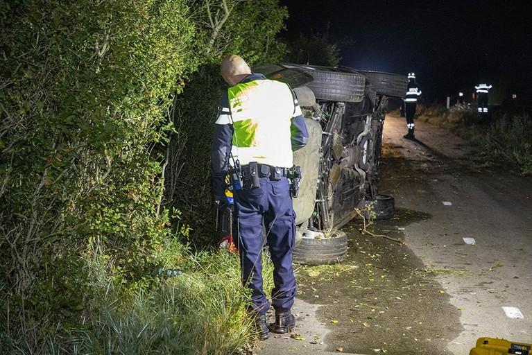 Zwaar beschadigde Jaguar op z'n kant achtergelaten in Overveen