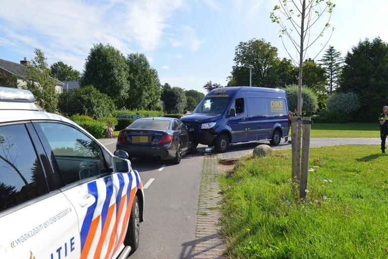 Veel schade bij flinke botsing auto en bestelbus in Hoofddorp