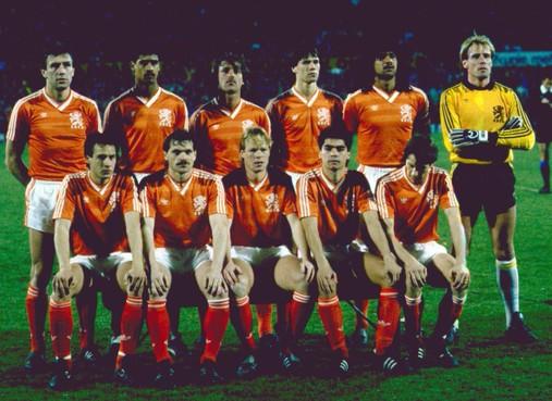 Toen er nog wél gesport werd op 25 maart: Oranje hortend en stotend op weg naar gouden EK'88