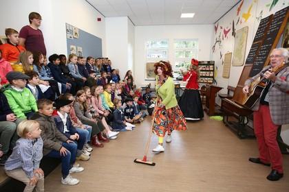 Burgemeester Dales luidt bel bij 150-jarige Bosbeekschool in Santpoort-Noord
