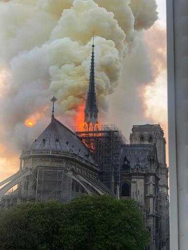 Nederlander moest huis verlaten vanwege brandende Notre-Dame [video]