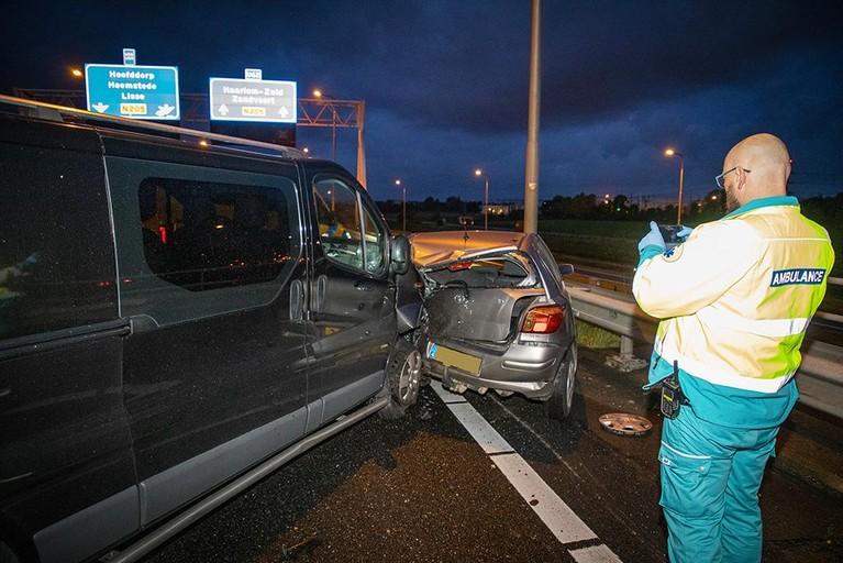 Busje rijdt tegen auto met pech op N205 bij Vijfhuizen, bestuurder gewond