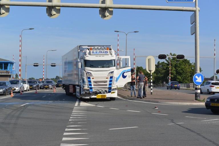 Vrachtwagen botst op auto in Leimuiderbrug, bestuurder gewond