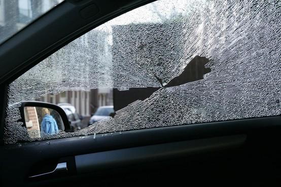 Meerdere auto's opengebroken in Haarlem, Pool (25) aangehouden