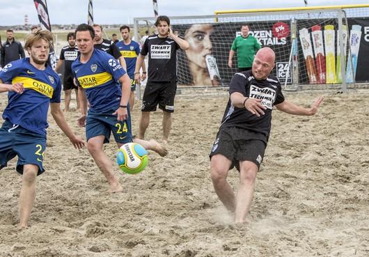 Ice Beach Soccer Toernooi op strand van IJmuiden aan Zee trekt 500 bezoekers