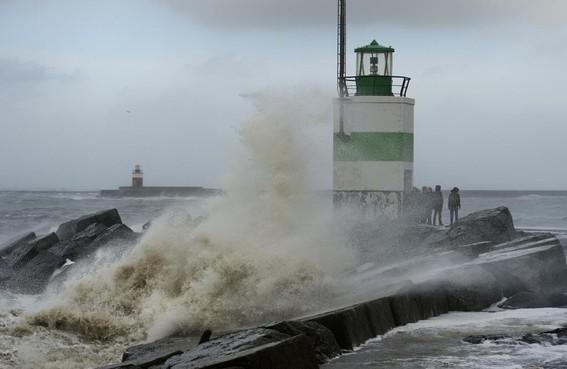 IJmuider Noord- en Zuidpier mogelijk ook tijdens storm Dennis afgesloten