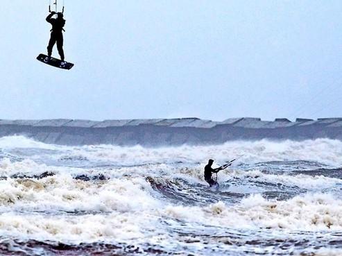 Niet kitesurfen of de pieren in IJmuiden betreden tijdens de storm want dit is 'levensgevaarlijk', waarschuwt de wethouder