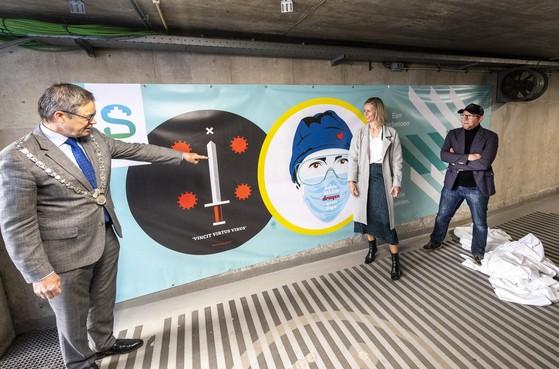 Kunstenaar TRIK zet somberheid om in opbeurende heldendoeken voor personeelsingang Spaarne Gasthuis Haarlem