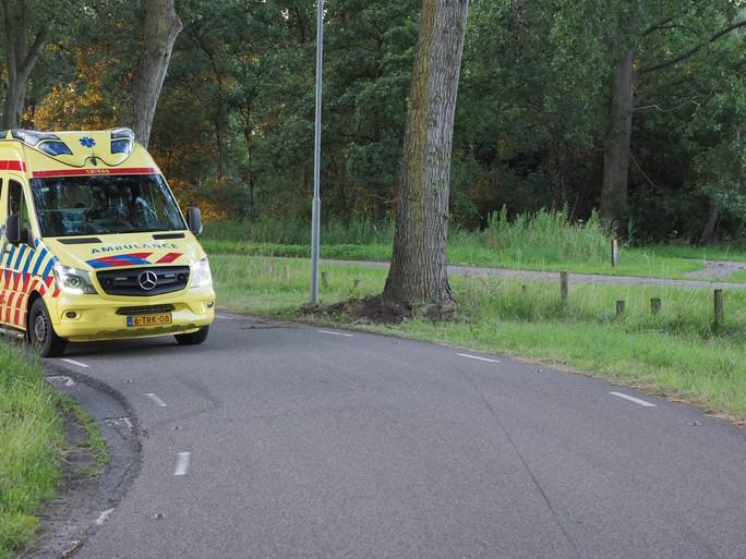 Motorrijder knalt tegen boom en raakt gewond in Velsen-Zuid