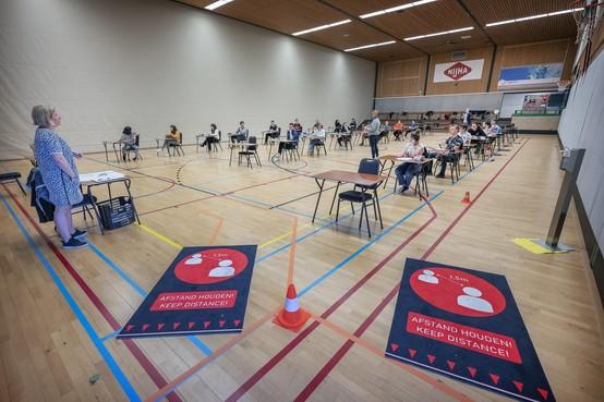 Leerlingen Vellesan College IJmuiden doen schoolexamen in coronaproef sporthal: examenperiode gaat als een nachtkaars uit