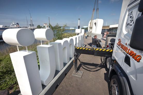 Horecaondernemer blij met letters 'IJmuiden' op Pontplein