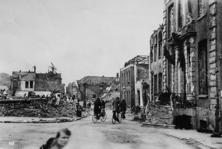 Ans van As beleefde als 11-jarige het bombardement van Doetinchem: 'M'n moeder stuurde me in mijn eentje op pad tussen die brandende puinhopen' [video]