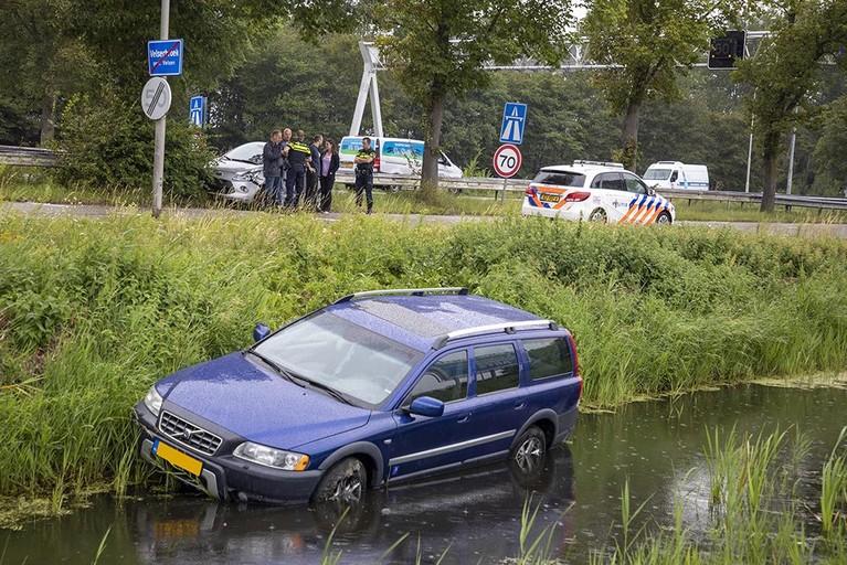Auto te water bij ongeval in Velserbroek