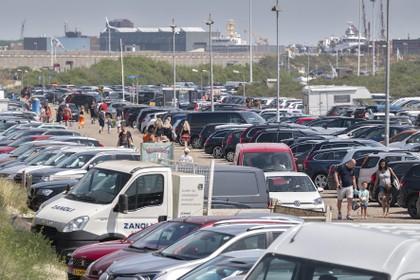 Strandweg richting IJmuiderslag afgesloten wegens drukte, lange rijen voor de snackkiosk: 'Zo halen we toch nog een beetje omzet'