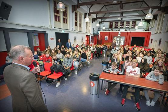 'Drugs dealen speelt op alle Velsense scholen'. Burgemeester Dales spreekt duidelijke taal op Vellesan College