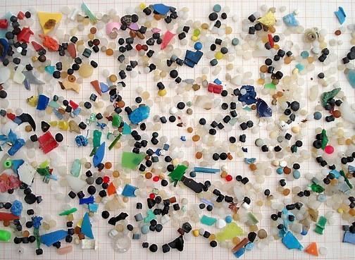 Bij elke wasbeurt komen miljoenen deeltjes microplastic vrij door synthetische stoffen