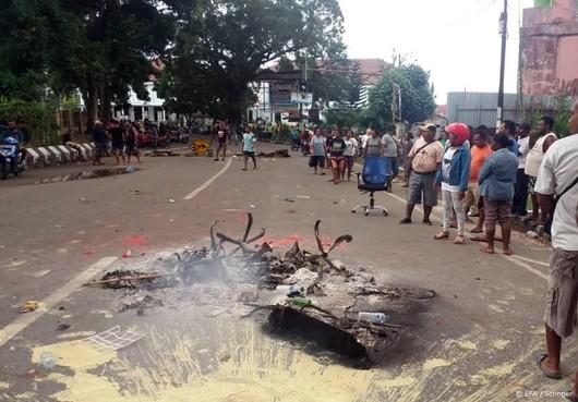 Betogende Papoea's steken regioparlement aan