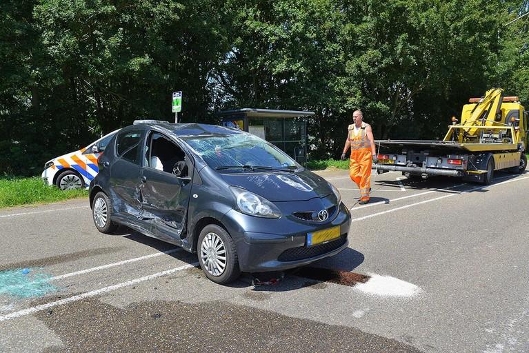 Auto belandt op zijn dak na aanrijding in Weteringbrug