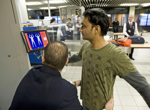 Beveiligers Schiphol willen met handschoenen fouilleren