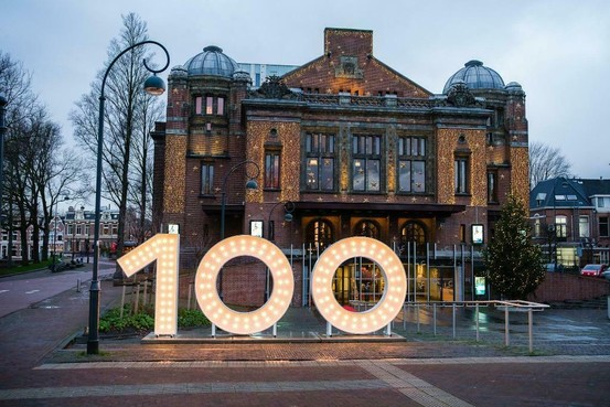 Kolossaal bord Stadsschouwburg Haarlem naar hoogste bieder