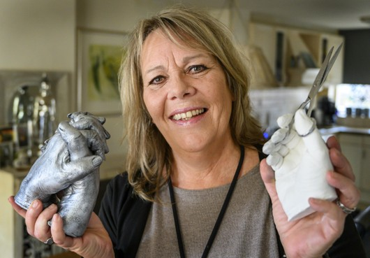 Kunstenares Vera Matthijsse uit IJmuiden maakt met bodycasting tastbare herinneringen. 'Ik ben altijd al een Crea Beaatje geweest'