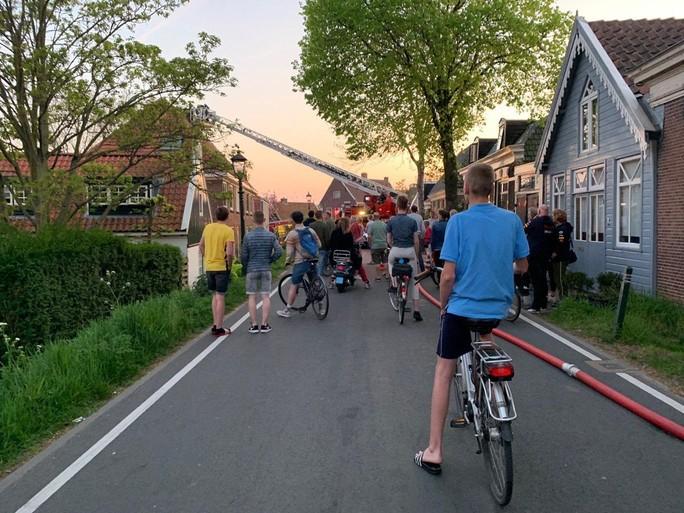 Brand in woning Spaarndam geblust, Spaarndammerdijk nog afgesloten [update]
