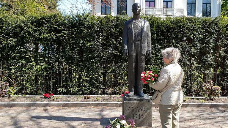 Journalist met zijn moeder terug naar de plek waarop zij in 1945 als klein meisje executies zag in Haarlem [video]