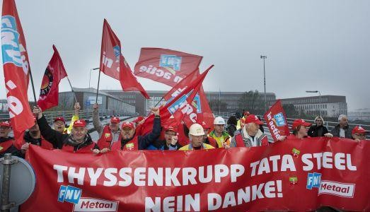 FNV-leden blokkeren toegangspoort bij Tata Steel