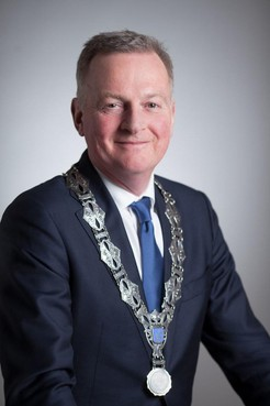 Burgemeester Velsen in gesprek met inwoners over corona via Facebook